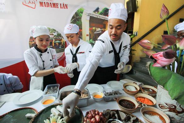 Đầu bếp tàu sân bay Mỹ nấu mì Quảng, làm nem rán, bánh xèo - Ảnh 5.