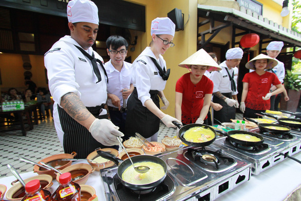 Đầu bếp tàu sân bay Mỹ nấu mì Quảng, làm nem rán, bánh xèo - Ảnh 4.