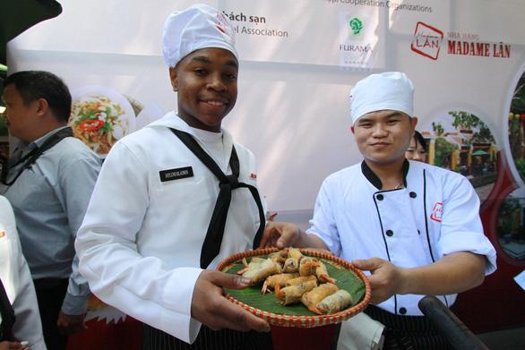 Đầu bếp tàu sân bay Mỹ nấu mì Quảng, làm nem rán, bánh xèo - Ảnh 7.