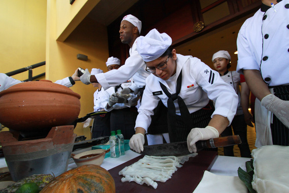 Đầu bếp tàu sân bay Mỹ nấu mì Quảng, làm nem rán, bánh xèo - Ảnh 6.