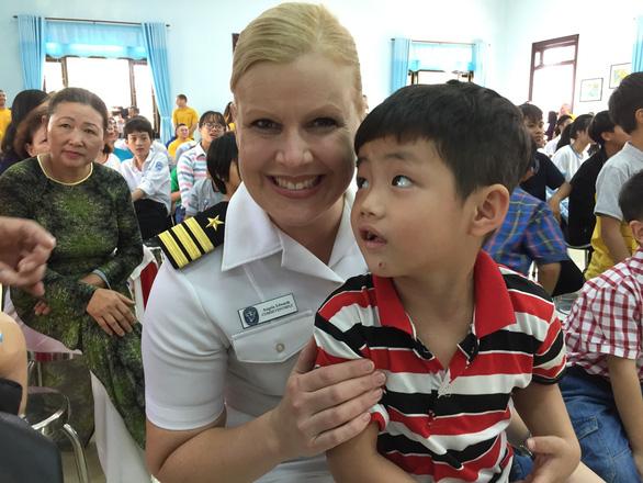 Lính Mỹ chơi kéo co, đập niêu với bệnh nhân Đà Nẵng - Ảnh 11.