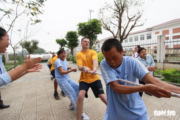Lính Mỹ chơi kéo co, đập niêu với bệnh nhân Đà Nẵng - Ảnh 2.