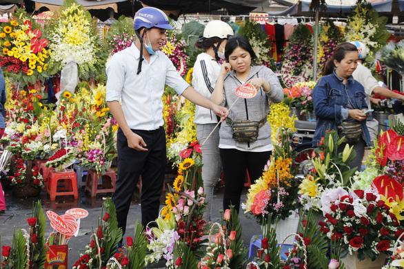 Lễ 8-3: Chóng mặt giá hoa hồng, 25.000 đồng một bông - Ảnh 1.