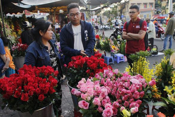 Lễ 8-3: Chóng mặt giá hoa hồng, 25.000 đồng một bông - Ảnh 4.