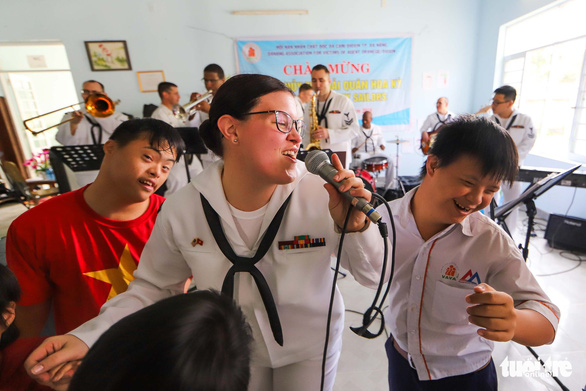 Lính hải quân Mỹ nhảy múa, chơi bóng rổ cùng trẻ em chất độc da cam - Ảnh 3.