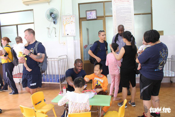 Lính hải quân Mỹ nhảy múa, chơi bóng rổ cùng trẻ em chất độc da cam - Ảnh 14.