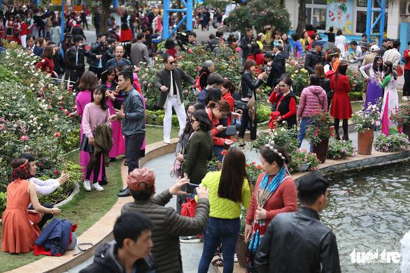 Lễ hội hoa hồng Bulgaria sửa sai, người dân được đền bù - Ảnh 4.