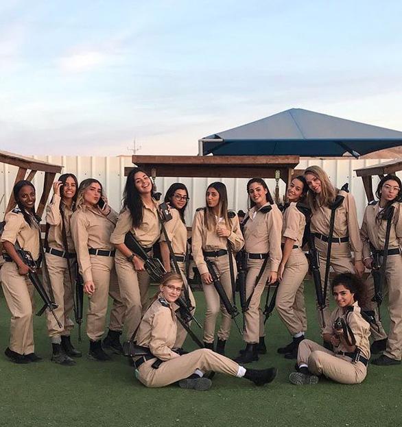 Tranh luận dữ dội tại Israel vì các nữ binh sĩ... quá đẹp - Ảnh 10.