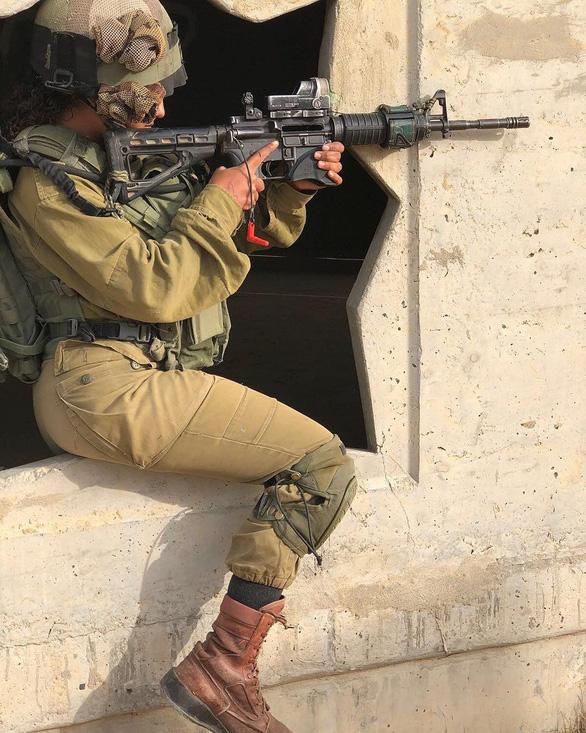 Tranh luận dữ dội tại Israel vì các nữ binh sĩ... quá đẹp - Ảnh 11.