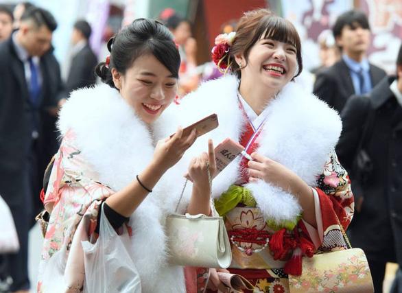 Thiếu nữ Nhật rạng rỡ kimono trong lễ trưởng thành - Ảnh 4.