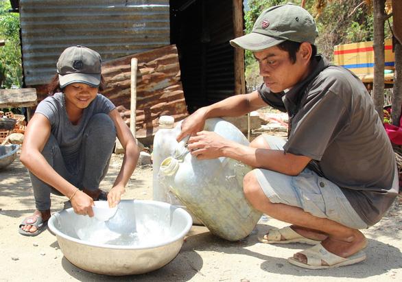 Hạn gay gắt, dân Ninh Thuận gặp khó vì thiếu nước sinh hoạt - Ảnh 1.