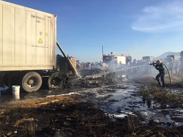 Xe container bốc cháy ngùn ngụt trên quốc lộ 1A - Ảnh 1.