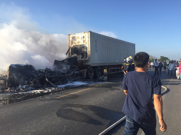 Xe container bốc cháy ngùn ngụt trên quốc lộ 1A - Ảnh 3.