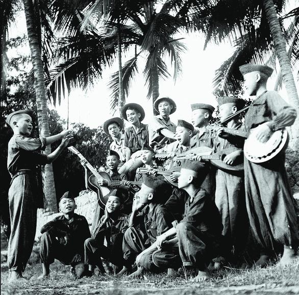 Xem ảnh Phạm Duy, Tố Hữu, Nguyễn Tuân... thời thanh xuân - Ảnh 1.