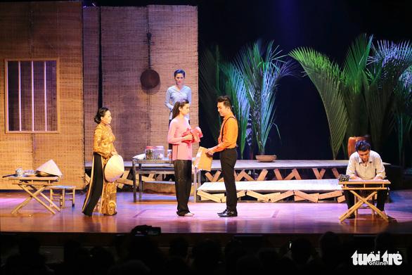 Hoài Linh khiến khán giả khóc cười trong Hiu hiu gió bấc - Ảnh 3.