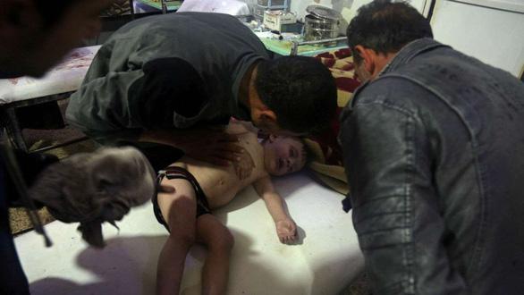 Mỹ quả quyết có bằng chứng việc quân đội Syria thả bom xuống Douma - Ảnh 2.