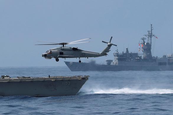 Đài Loan kéo tàu ngầm ra biển tập trận thách thức Trung Quốc - Ảnh 4.