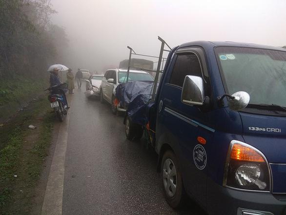 Hơn chục ôtô tai nạn liên hoàn trên quốc lộ 6 do sương mù - Ảnh 1.