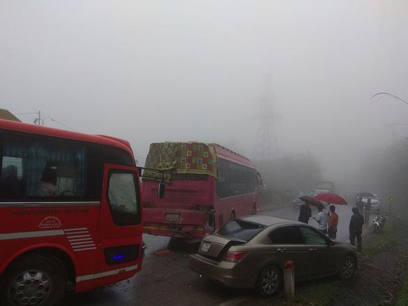 Hơn chục ôtô tai nạn liên hoàn trên quốc lộ 6 do sương mù - Ảnh 2.
