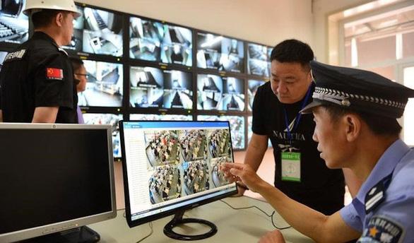 Trung Quốc: Tội phạm trà trộn vào 60.000 khán giả cũng không thoát - Ảnh 1.