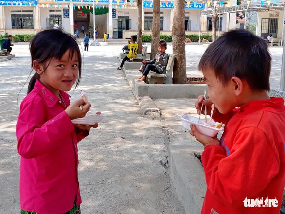 Nhói lòng học sinh tiểu học ăn cơm trộn muối, bún chan tương - Ảnh 2.