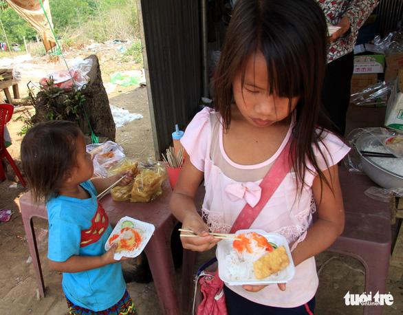 Nhói lòng học sinh tiểu học ăn cơm trộn muối, bún chan tương - Ảnh 7.