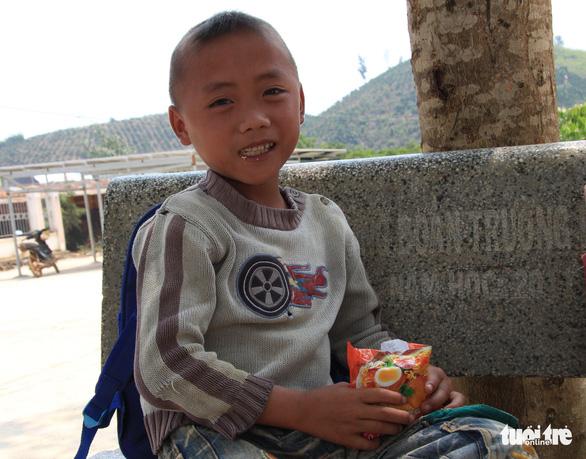 Nhói lòng học sinh tiểu học ăn cơm trộn muối, bún chan tương - Ảnh 4.