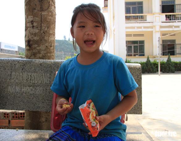 Nhói lòng học sinh tiểu học ăn cơm trộn muối, bún chan tương - Ảnh 3.