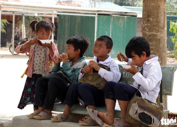 Nhói lòng học sinh tiểu học ăn cơm trộn muối, bún chan tương - Ảnh 1.