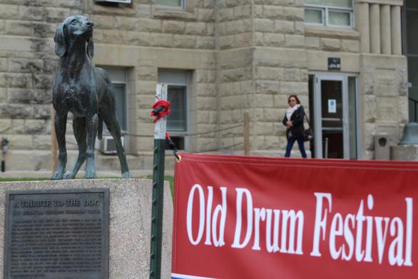 Độc đáo lễ hội tôn vinh chú chó nổi tiếng Old Drum - Ảnh 1.