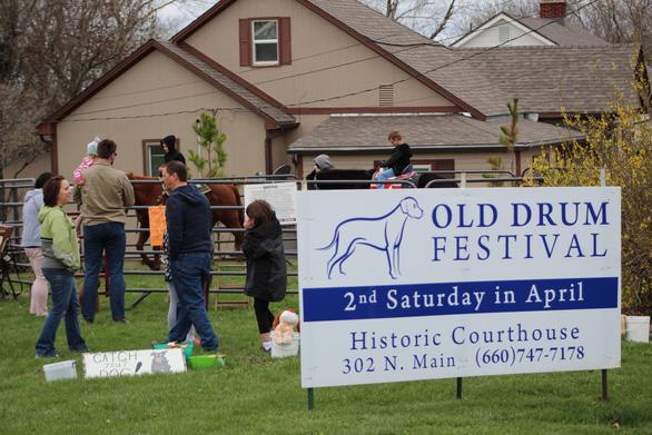Độc đáo lễ hội tôn vinh chú chó nổi tiếng Old Drum - Ảnh 3.