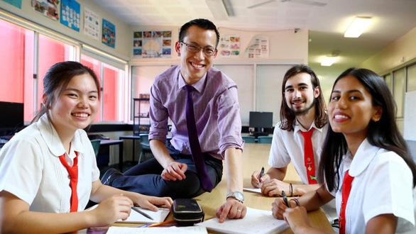 Thầy giáo trẻ làm clip dạy toán cho học trò bị ung thư - Ảnh 1.