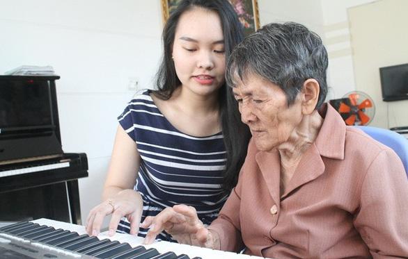 Vượt lên nỗi buồn, cụ bà 80 tuổi vẫn dạy tiếng Anh kiếm tiền học nhạc - Ảnh 3.