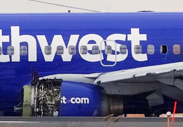 Máy bay nổ động cơ giữa không trung, hành khách bị hút ra cửa sổ - Ảnh 2.