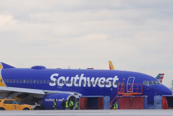 Máy bay nổ động cơ giữa không trung, hành khách bị hút ra cửa sổ - Ảnh 7.