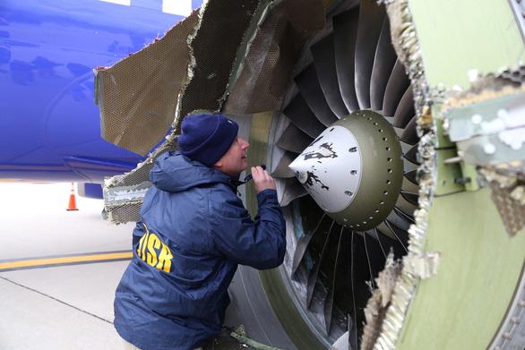 Máy bay nổ động cơ giữa không trung, hành khách bị hút ra cửa sổ - Ảnh 8.