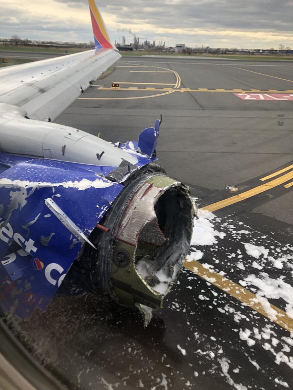 Máy bay nổ động cơ giữa không trung, hành khách bị hút ra cửa sổ - Ảnh 4.