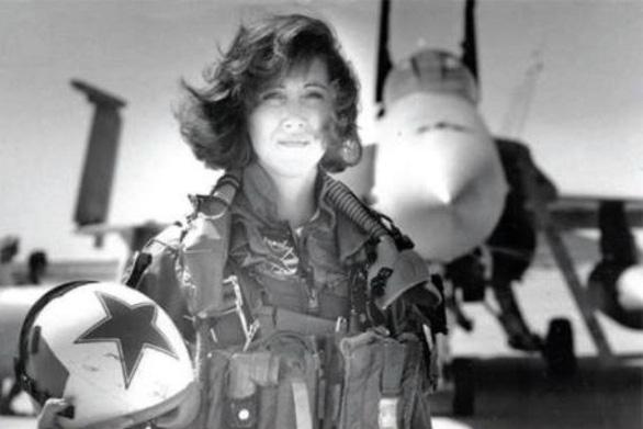 Nước Mỹ tôn vinh nữ phi công cứu 148 người trên máy bay nổ động cơ - Ảnh 3.
