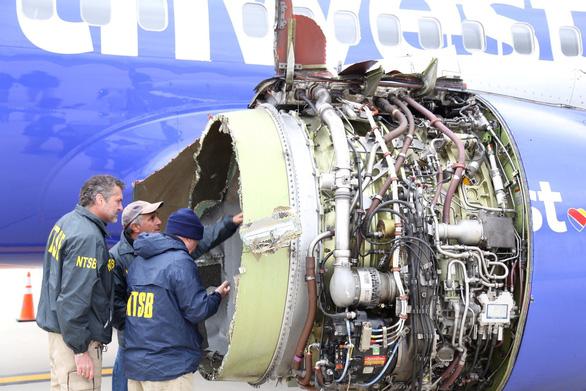 Nước Mỹ tôn vinh nữ phi công cứu 148 người trên máy bay nổ động cơ - Ảnh 1.