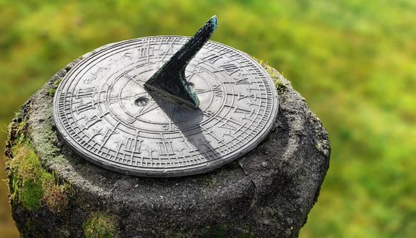 Những phát minh giúp xem giờ trước khi có đồng hồ - Ảnh 1.