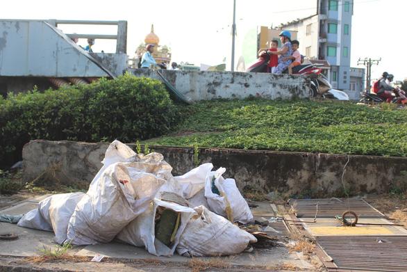Sài Gòn ra đường là gặp rác thải - Ảnh 9.