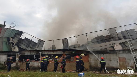 Công ty may ở Hóc Môn bốc cháy giữa trưa - Ảnh 1.