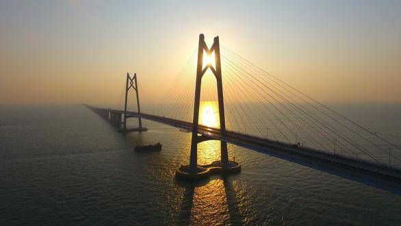 Choáng với cây cầu vượt biển dài nhất thế giới  - Ảnh 4.