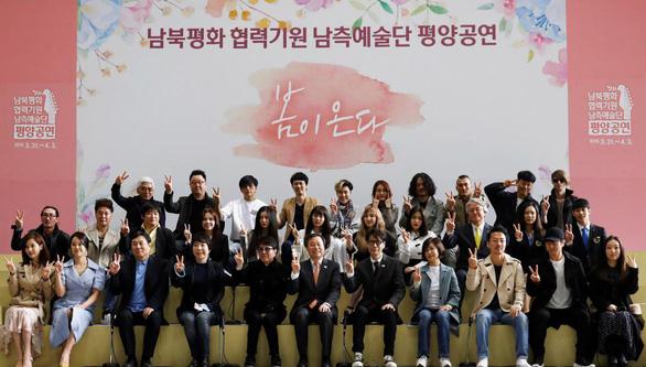 Ông Kim Jong Un vỗ tay theo nhạc khi coi K-pop biểu diễn - Ảnh 1.