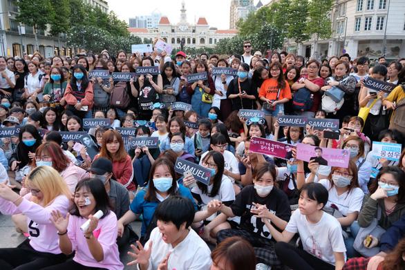 Kim Samuel nhảy cùng khán giả ở phố đi bộ Nguyễn Huệ - Ảnh 4.