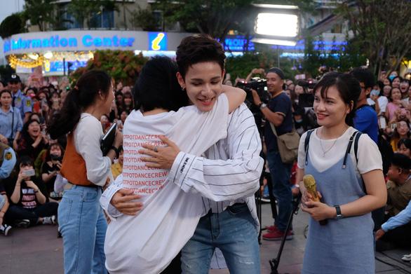 Kim Samuel nhảy cùng khán giả ở phố đi bộ Nguyễn Huệ - Ảnh 6.