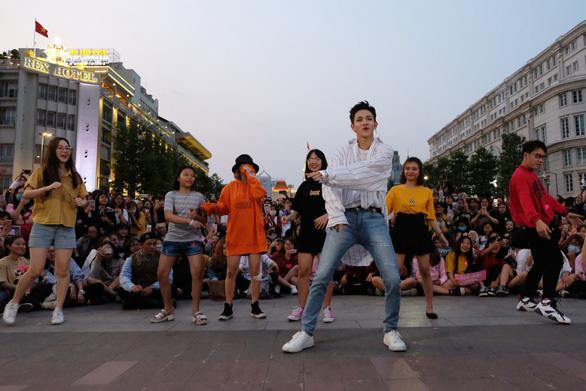 Kim Samuel nhảy cùng khán giả ở phố đi bộ Nguyễn Huệ - Ảnh 7.