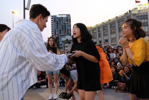 Kim Samuel nhảy cùng khán giả ở phố đi bộ Nguyễn Huệ - Ảnh 8.