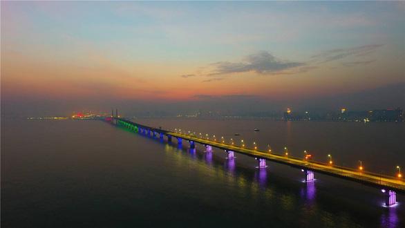 Choáng với cây cầu vượt biển dài nhất thế giới  - Ảnh 2.