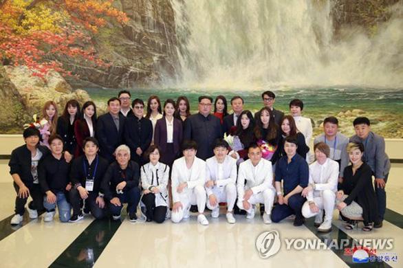 Ca sĩ hai miền Triều Tiên nắm tay hát Chúng ta là một nhà - Ảnh 4.